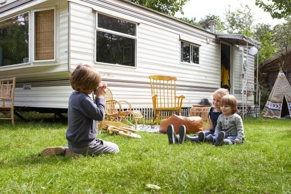 Spelende kinderen bij een stacaravan op de seizoenplaatsen
