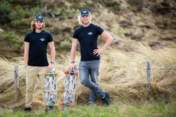 De jongens uit Schoorl of DJUS van de Quiksilver Surfschool met het longboarden in de duinen