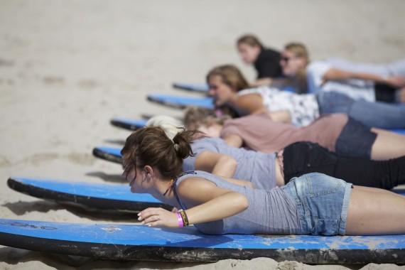 Leren surfen tijdens het surfkamp of strandkamp van DJUS De Jongens uit Schoorl Quiksilver Surfschool
